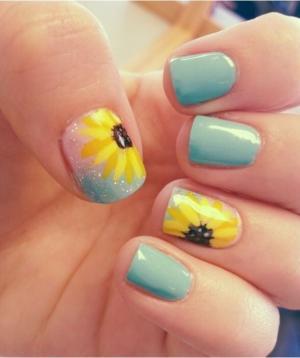 蓝色打底画黄色大花朵美甲款式图片