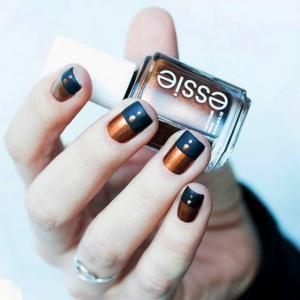 香槟金和深海蓝双色美甲图片——Essie美甲