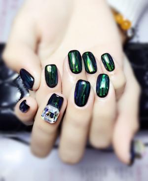 绿色抽象图案美甲图片