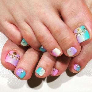 夏季清新海洋风紫色绿色粉色渐变脚部美甲图片