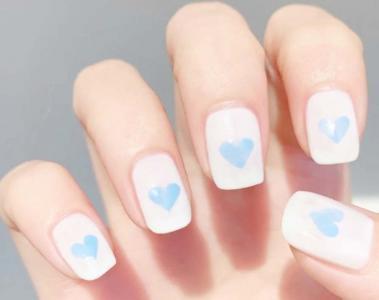 奶蓝色爱心手绘可爱美甲最新款式