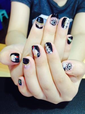 黑色打底白底手绘美女手指贴小钢珠美甲图片