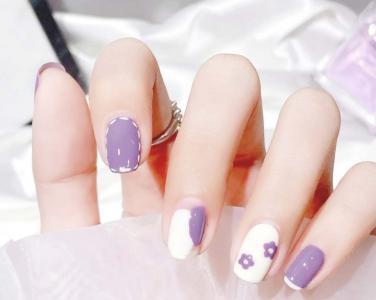 温柔浅紫色涂鸦花朵可爱美甲