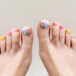 适合春天的小清新粉黄花朵脚趾甲美甲图片