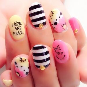 粉红色黑白线条波点黄色手绘蝴蝶结爱心美甲图片
