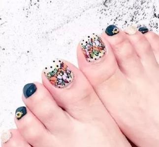 简约时尚手绘花朵跳色脚部美甲