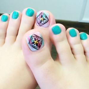 蓝色脚趾甲美甲图片,带民族风图案