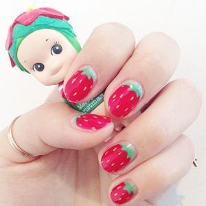 红色卡通草莓美甲图片