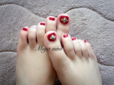 红色珠宝脚趾甲美甲图片