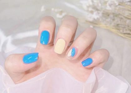 简单夏日黄蓝撞色指甲款式