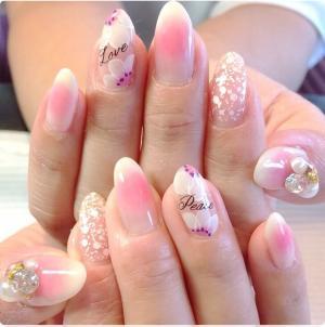 粉嫩色渐变亮片手绘花朵镶钻珍珠美甲图片