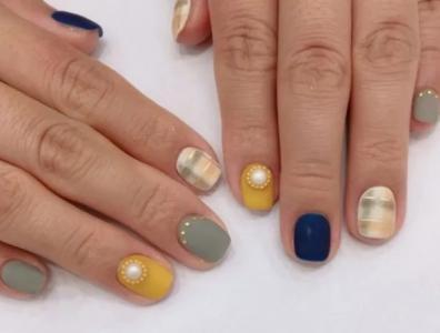 时尚复古跳色格纹珍珠适合短指甲的美甲