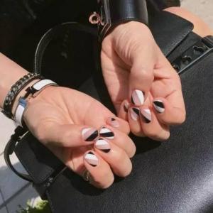 经典黑白配裸色条纹彩绘美甲图案
