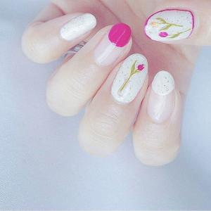 手绘粉色郁金香花朵美甲图案