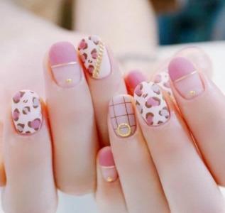 粉色系甜美温馨磨砂豹纹美甲