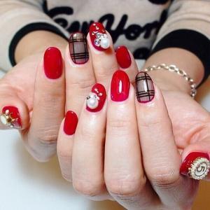 中国风喜气大红色镶珍珠新娘美甲图片