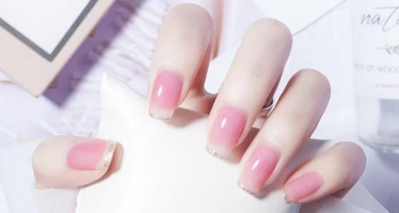 粉粉嫩嫩的夏日透色清新美甲