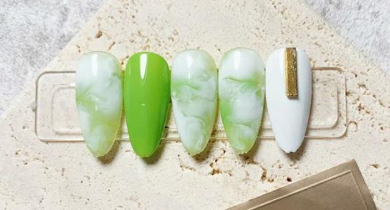 夏季清新绿色大理石纹最新美甲款式