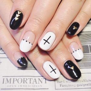 黑色十字带小金属美甲