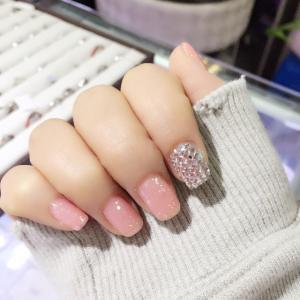 亮晶晶的粉色水晶美甲图片