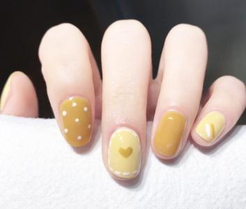 春日芥末黄色波点美甲