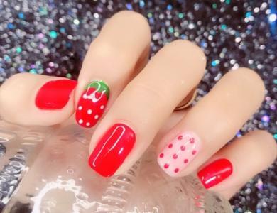 高饱和色系草莓波点显白美甲