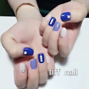 蓝色短指甲美甲图片,镶珍珠哦!