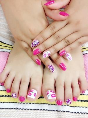 玫红色紫色白色亮片脚趾甲美甲图片