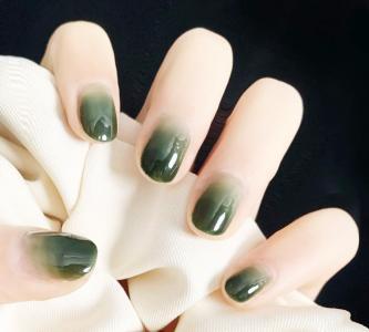 简约款墨绿色渐变显白美甲