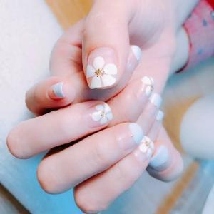 清新时尚五瓣花白色花朵美甲