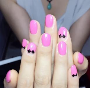 可爱芭比粉画黑色小蝴蝶结款式美甲图片