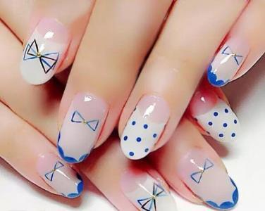 透明法式蓝色波点手绘蝴蝶结美甲图片