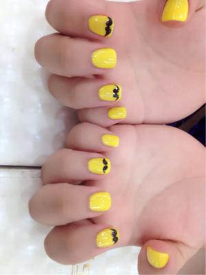 纯黄色配黑色法式小胡子美甲图片