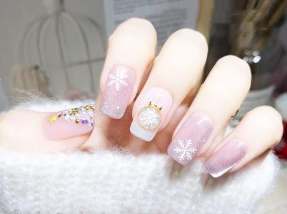 圣诞节雪花晶石显白美甲款式