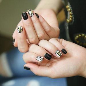 时尚黑色美甲款式金色五角星款