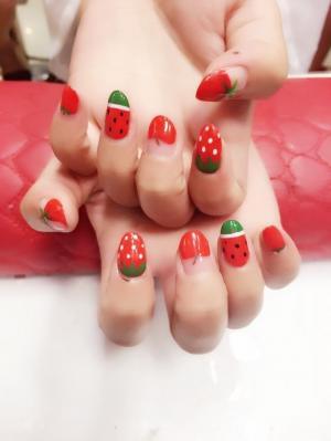 好看的手绘草莓水果风格可爱美甲图片